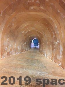 ガリバートンネルに入るドラえもん