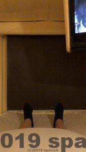 ロールスクリーンと足の距離