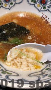 にぼらやの煮干しラーメンにご飯を入れる