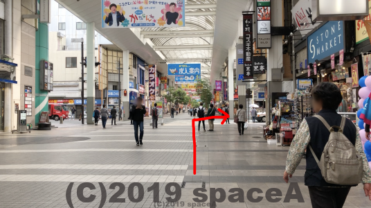 右手にストーンマーケット、左手にカラオケ館が見えた先の通りを右に曲がります