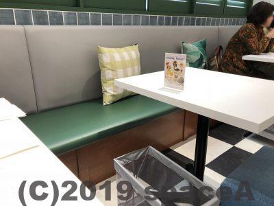 シンプルなテーブルに椅子とソファー席
