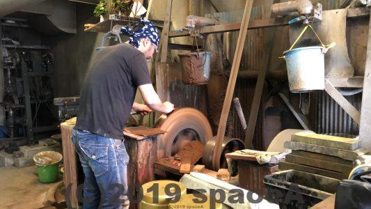 くまもと工芸会館でみられる刃物削り