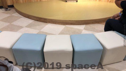 くまモンビレッジのステージ前方の椅子