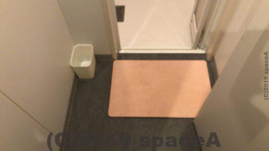 カプセルホテルアスティル内のシャワールーム前のバスマット